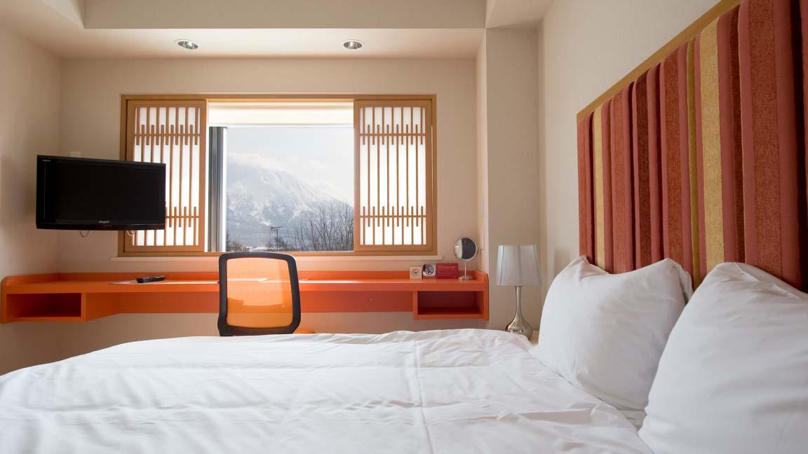 m_hotel_bedroom3_210515_medium