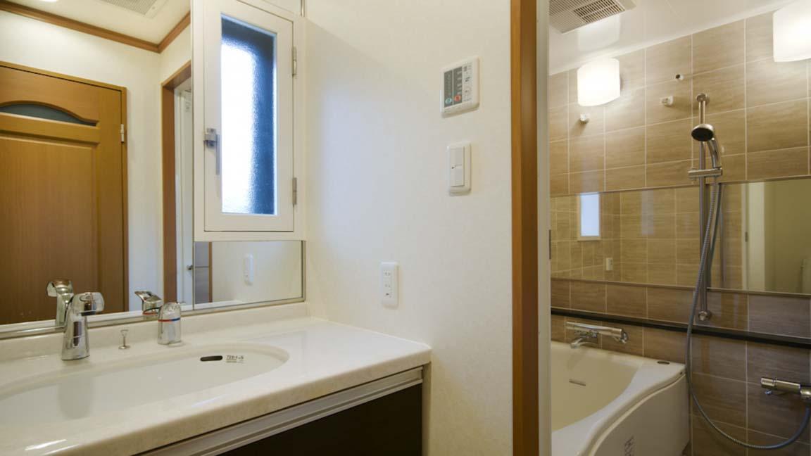 mountain_side_palace_bathroom2_210515_medium