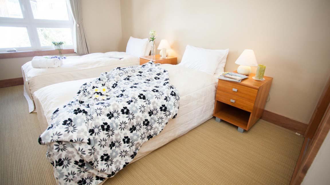 niseko_alpine_apartments_bedroom2_190515_medium